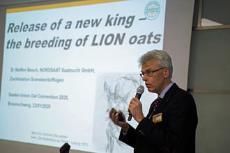Dr. Steffen Beuch with the new oat variety LION